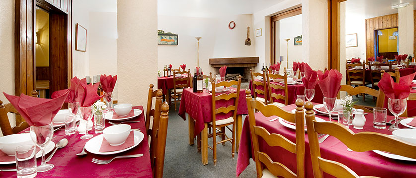 france_three-valleys-ski-area_meribel_chalet-hotel-les-grangettes_dining-room2.jpg